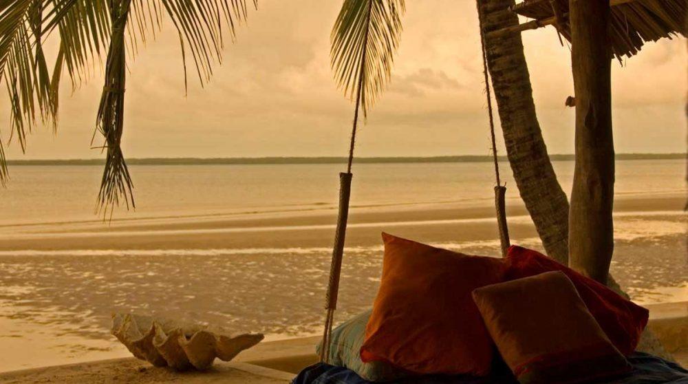 Coucher de soleil sur la plage sur l'île de Lamu