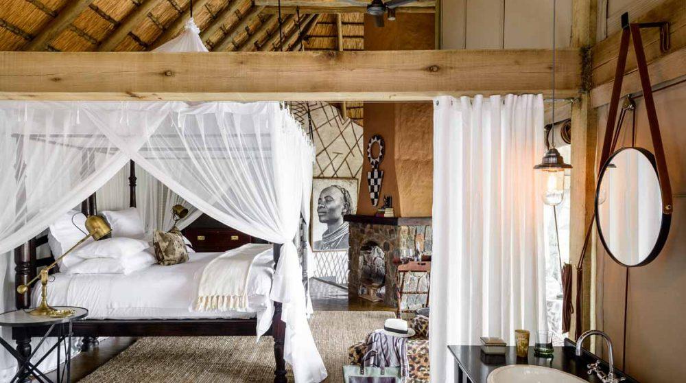 La chambre et son lit à baldaquin