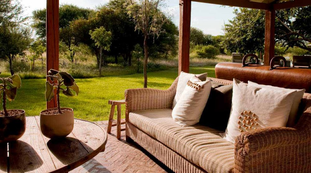 Un canapé sur la terrasse à Madikwe