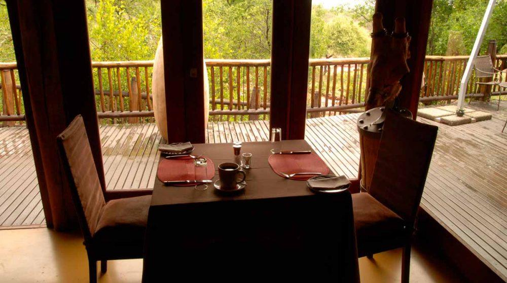 Une table au restaurant à Madikwe