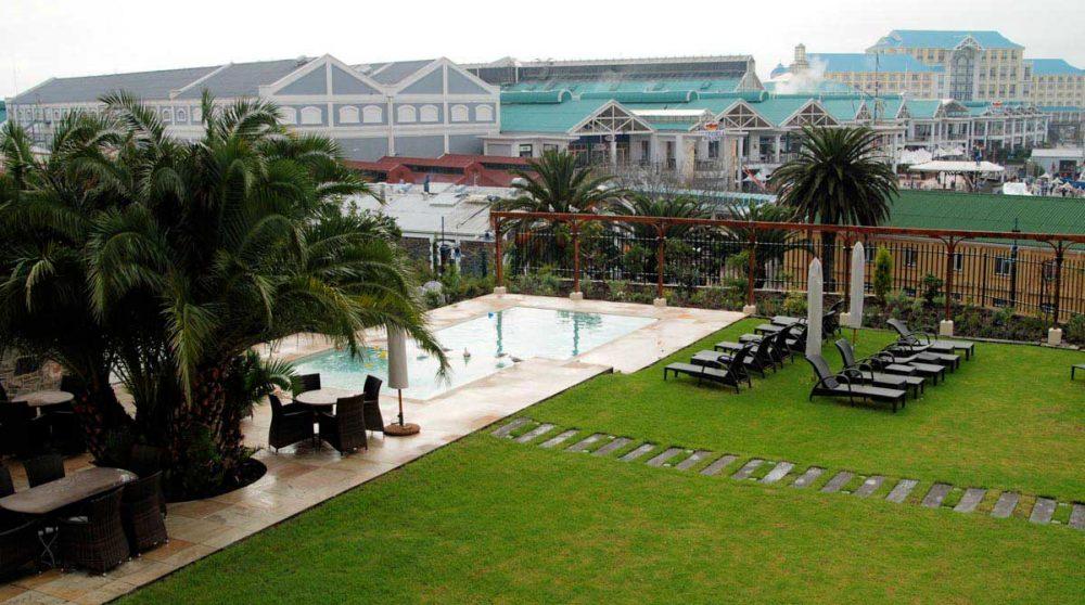 Le jardin avec la piscine au Cap