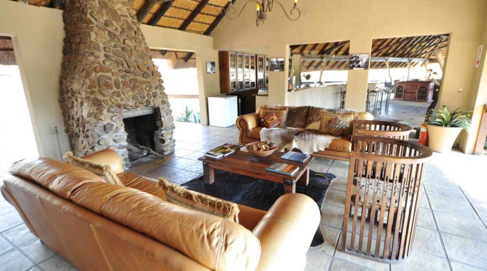 Un salon avec une cheminée en Afrique du Sud