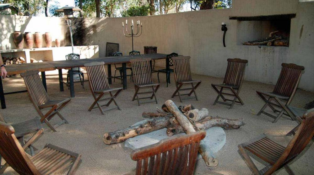 Installation pour une soirée avec un feu à Sabi Sand