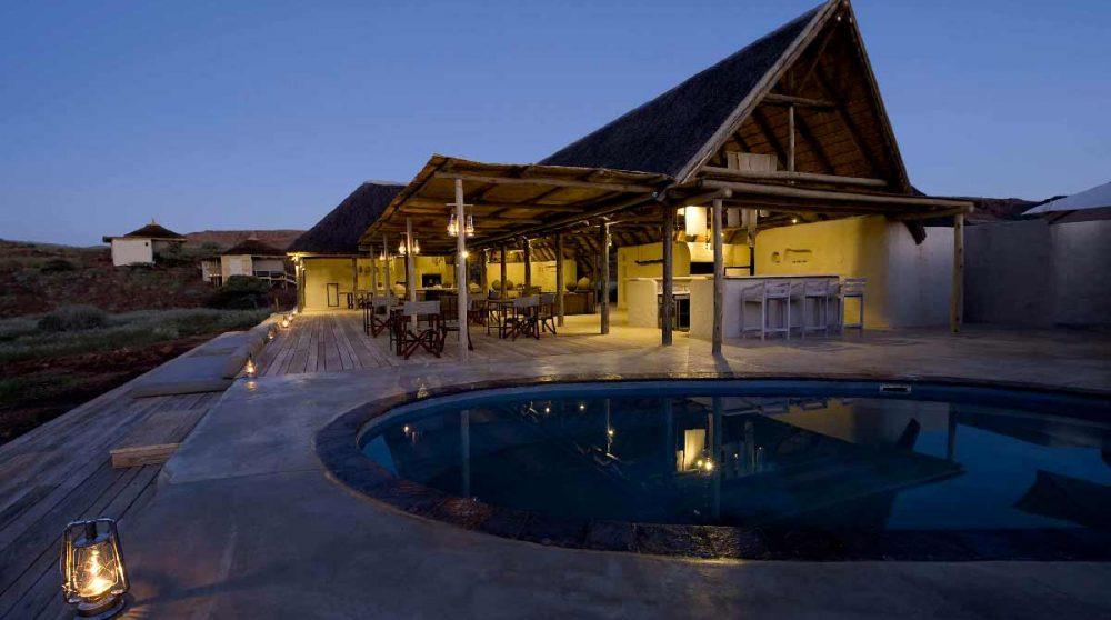 La piscine éclairée la nuit dans le Damaraland