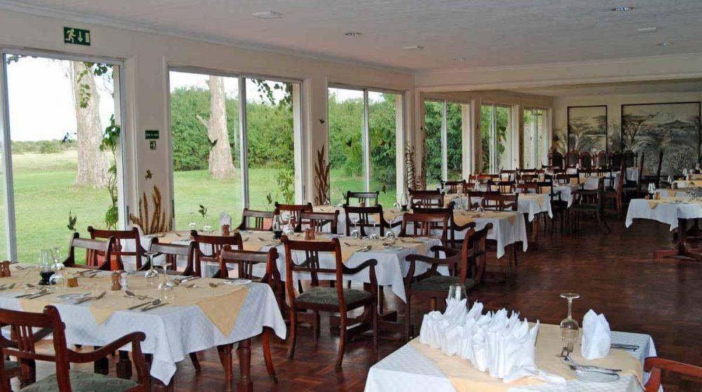 Le restaurant avec la vue le jardin à Old Pejeta