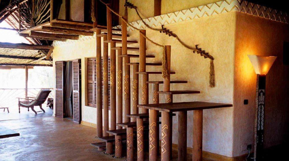 Escalier en bois menant aux chambres à Mombasa