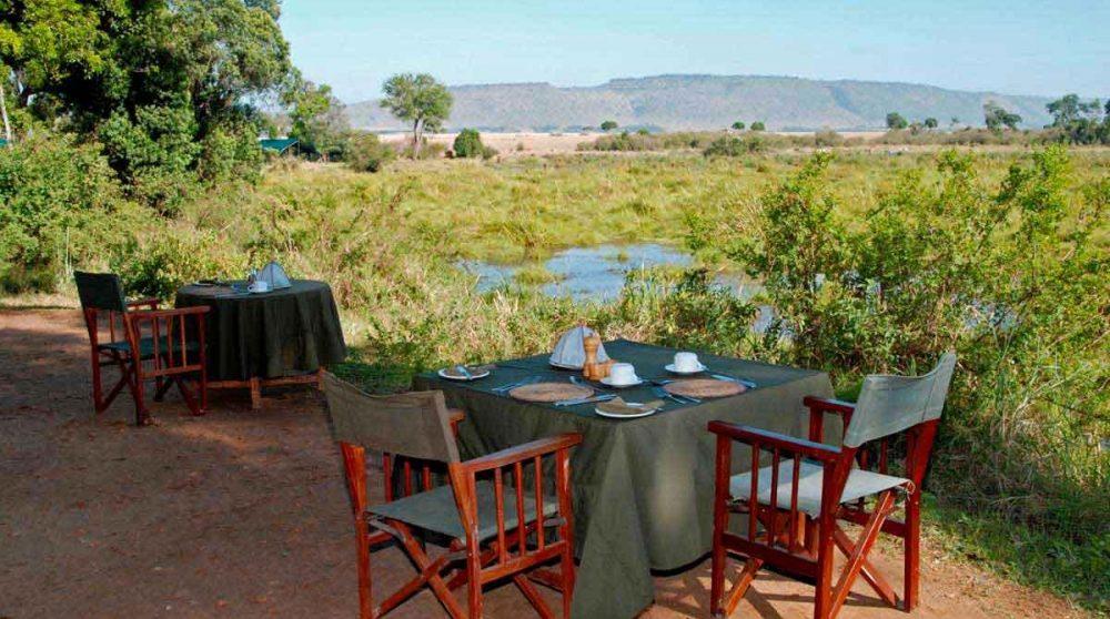 Déjeuner face à la nature luxuriante