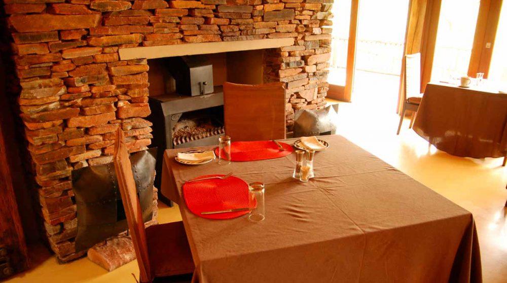 Table près de la cheminée