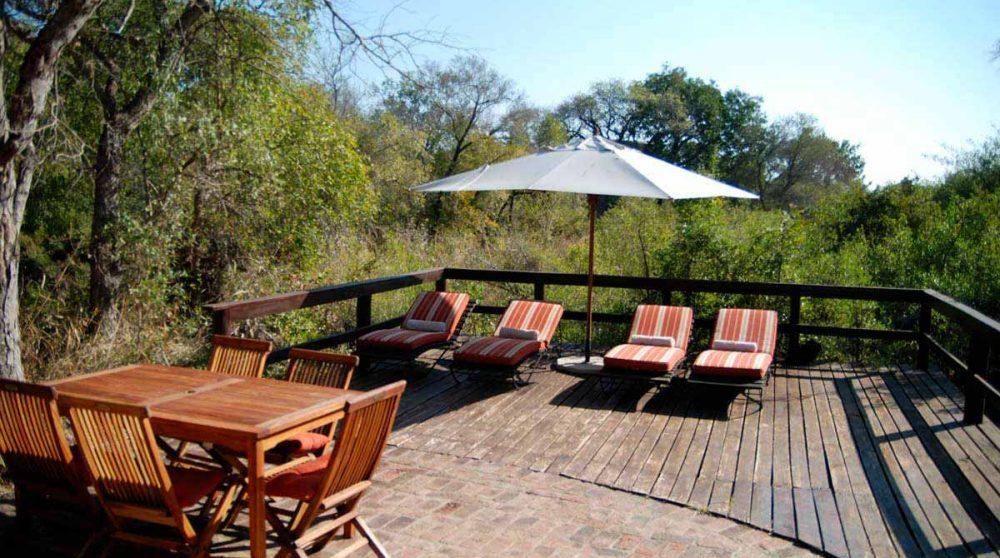 Chaises longues et table sur la terrasse