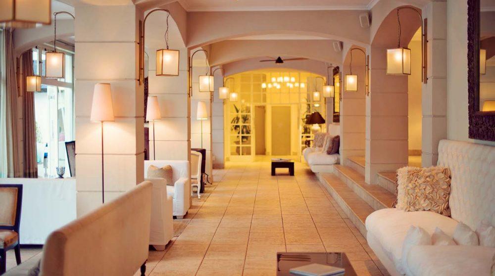 L'intérieur de l'hôtel près de la réception