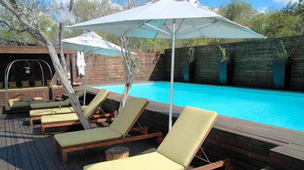 Autre vue de la piscine avec des chaises longues