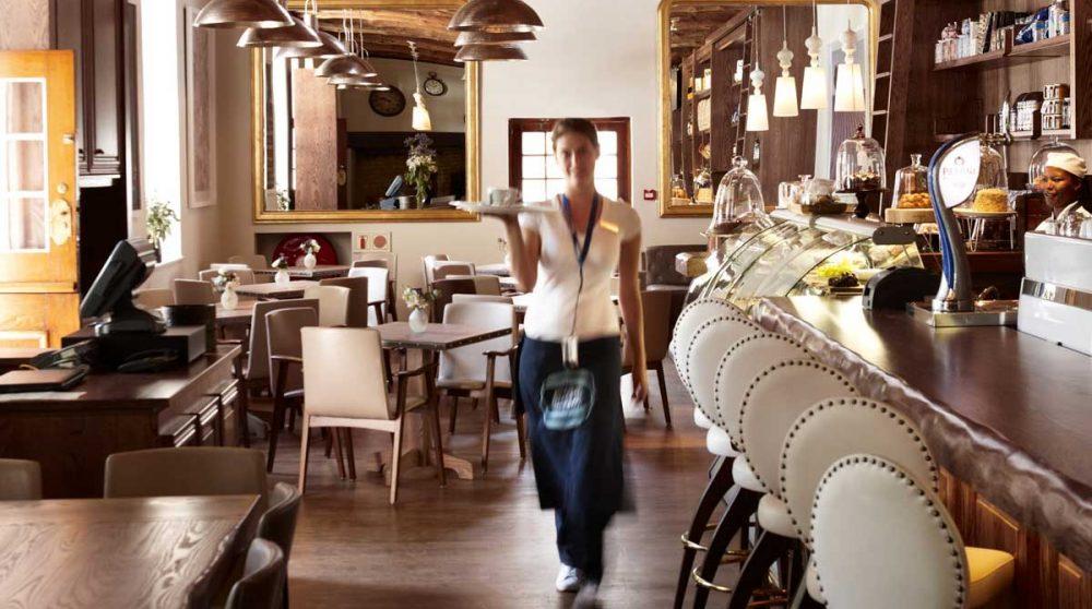 Personnel au restaurant la Belle