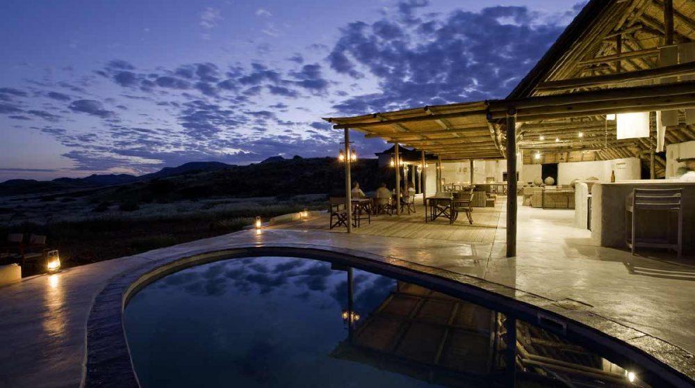 Vue nocturne de la piscine du Damaraland Camp
