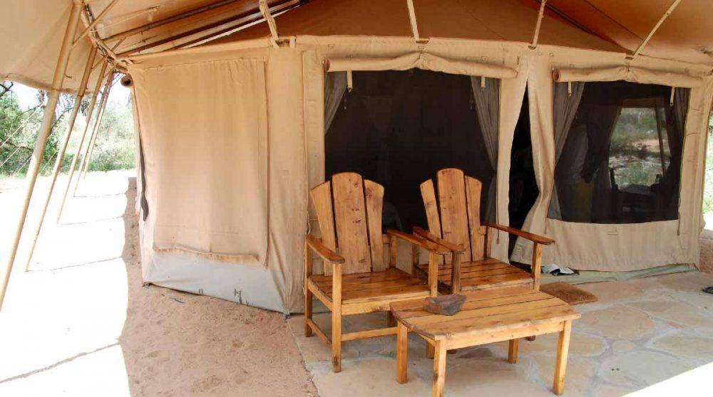 Coin détente devant une tente du Elephant Bedroom Camp