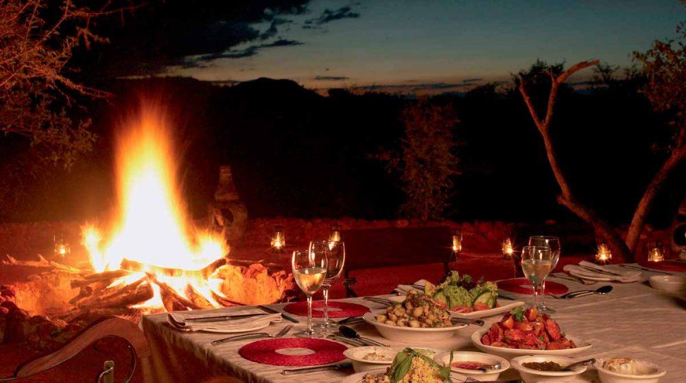 Un dîner au Etali Safari Lodge