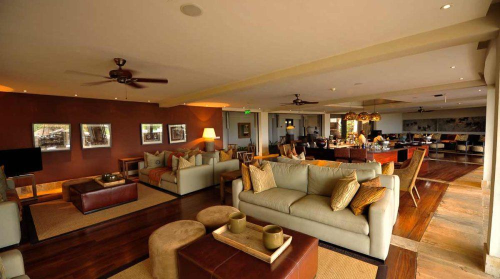 Autre vue du salon lounge au Four Seasons Safari Lodge