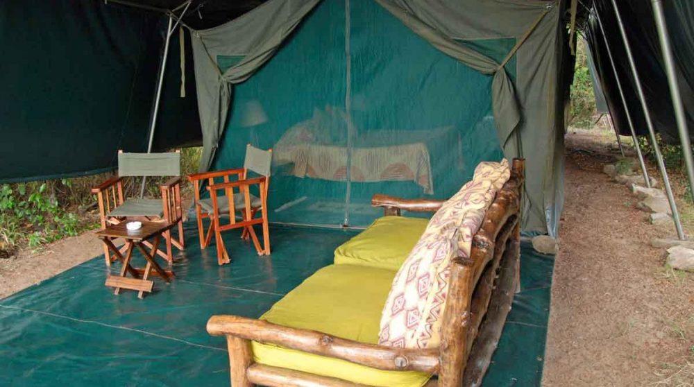 Extérieur d'une tente à l'Ilkeliani
