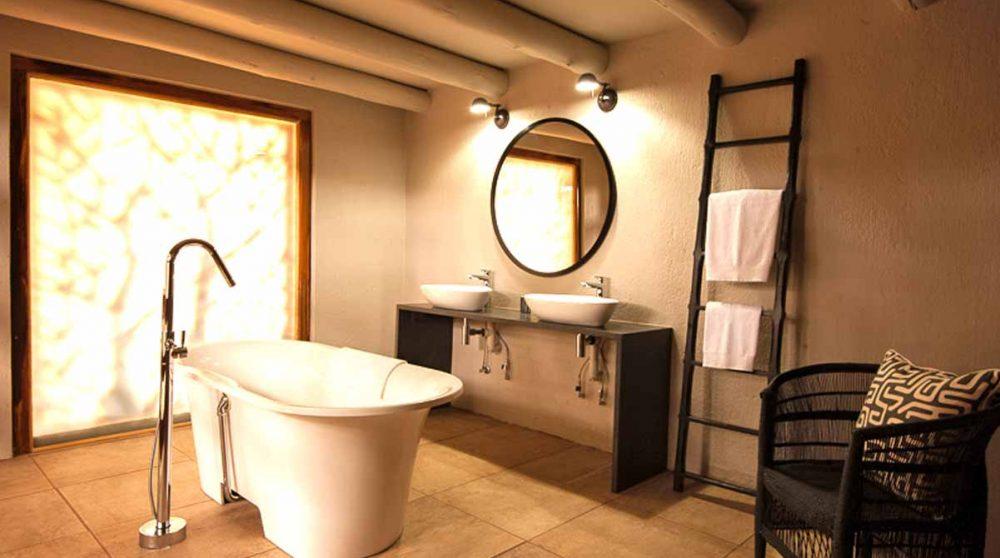 Sa salle de bains à Indlovu River Lodge