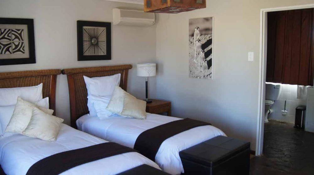 Un chalet avec deux lits individuels à Inverdoorn