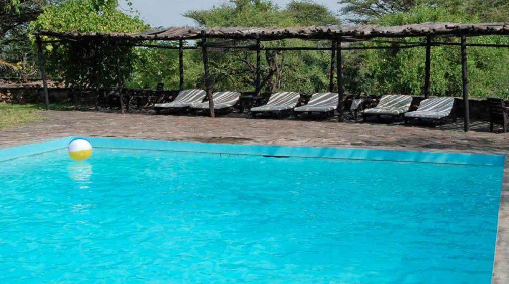 Chaises longues au bord de la piscine de l'Island Camp