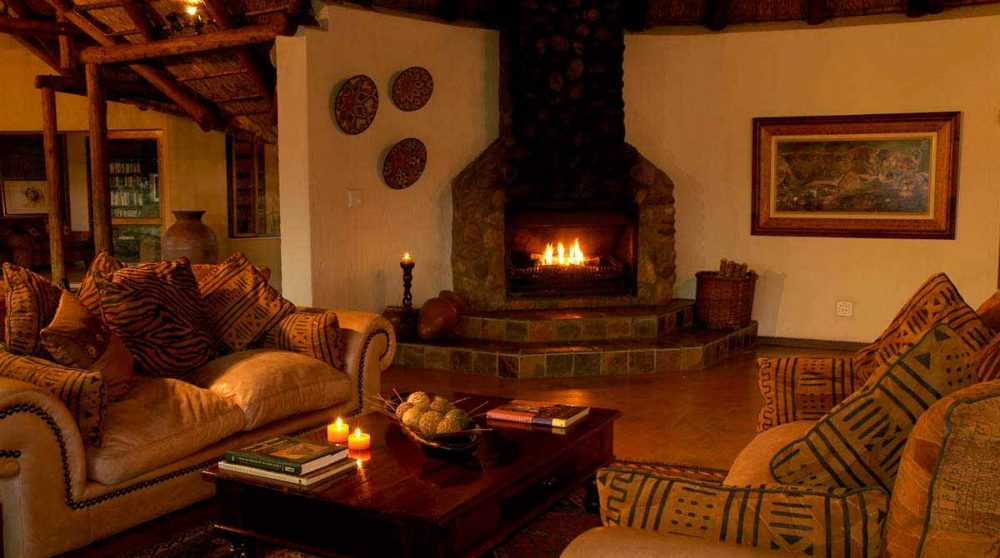 Salon avec cheminée au Jackalberry