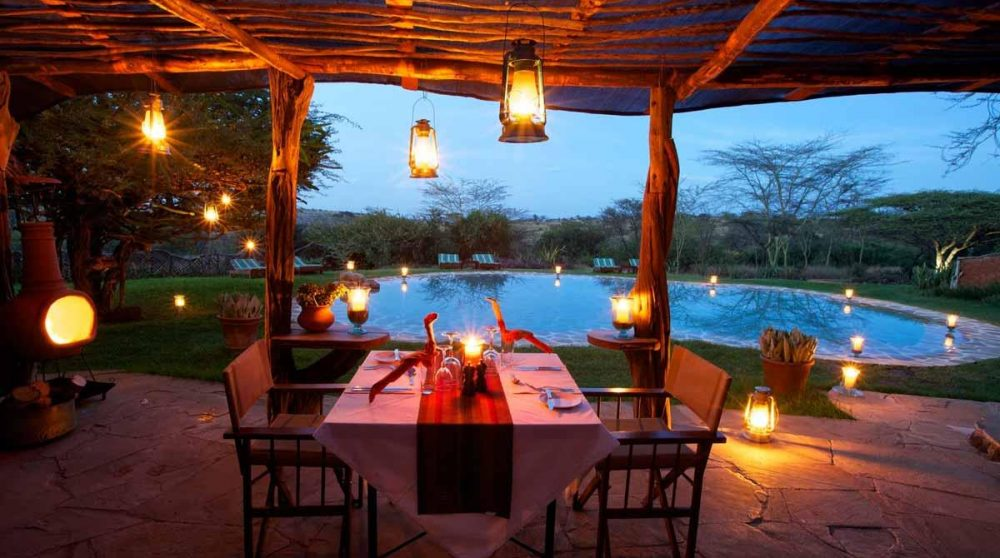Dîner devant la piscine à Lewa Safari Camp