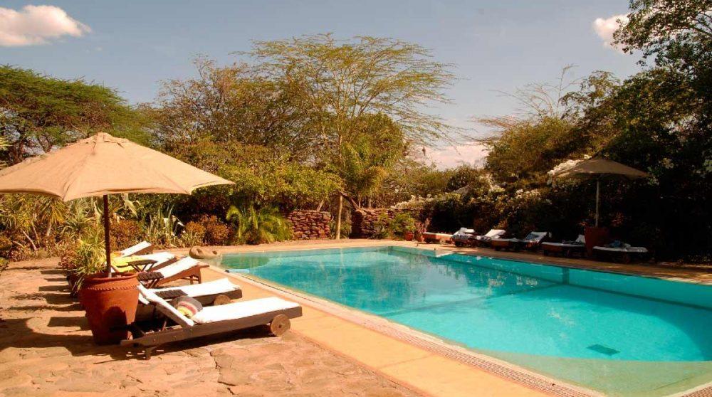 Chaises longues au bord de la piscine au Loisaba