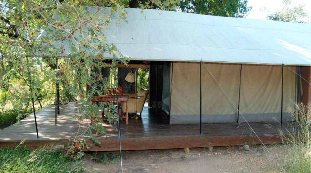 Extérieur d'une tente du Mantobeni