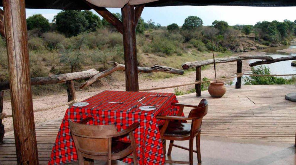 Déjeuner face à la rivière au Mara Explorer