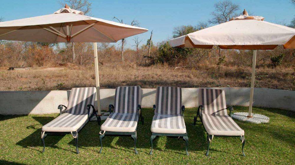 Chaises longues dans le jardin du Notten's