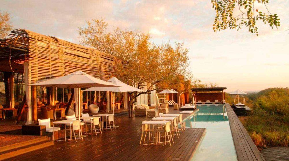 La terrasse de la piscine du Singita Lelombo