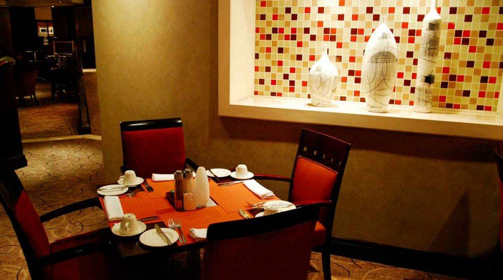 Une table pour déjeuner au restaurant du Souther Sun