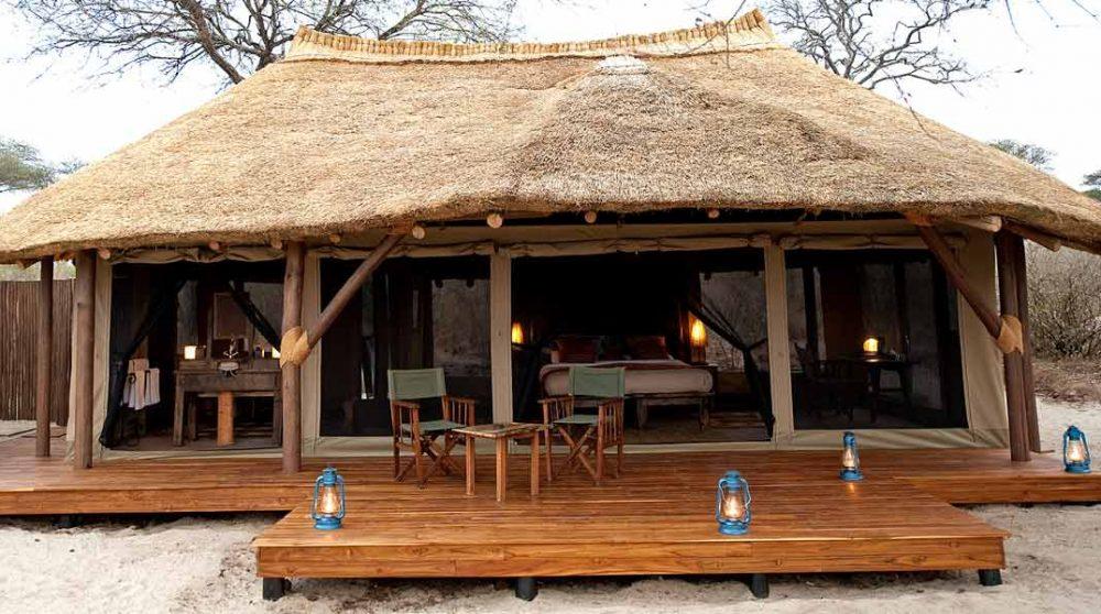 Vue extérieure de la tente en Tanzanie