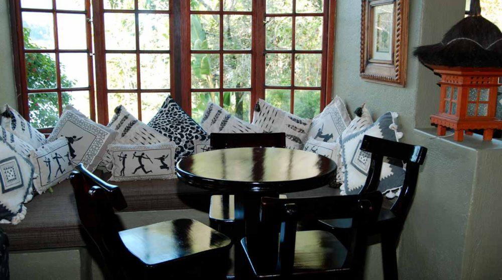 Une table donnant sur le jardin en Afrique du Sud