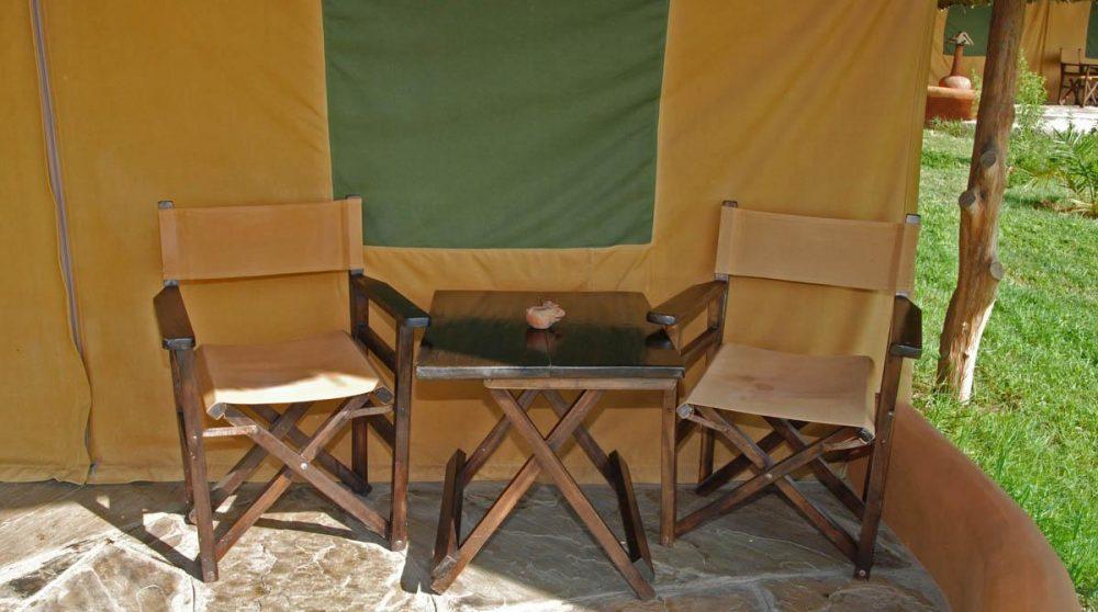 Fauteuils devant une tente au Kenya