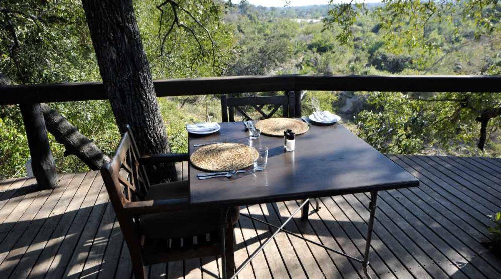 Une table sur la terrasse près du parc Kruger
