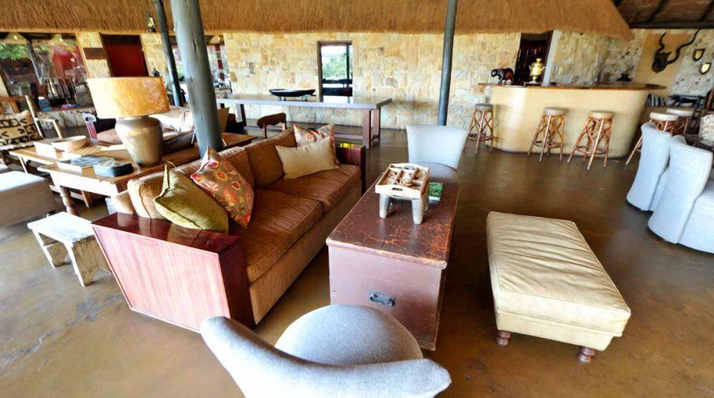 Un canapé dans le salon à Timbavati