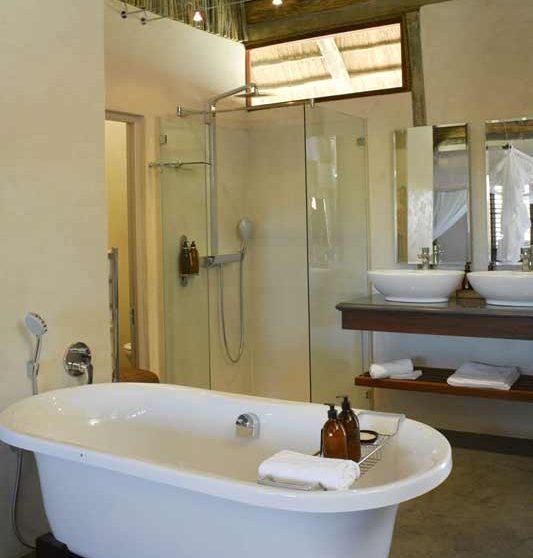 Sa salle de bains dans le Kalahari