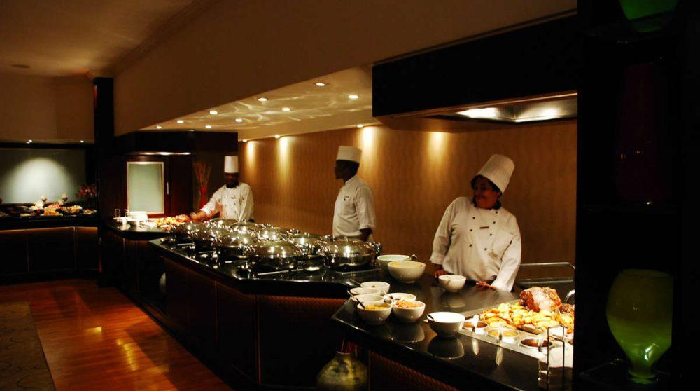 Les chefs préparent le repas au Cap
