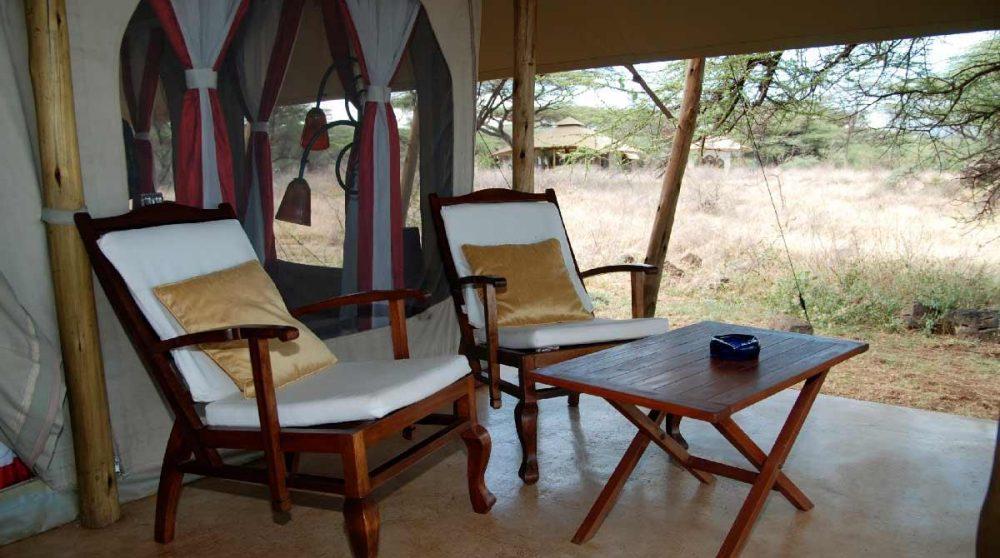 Une terrasse devant une tente au Kenya