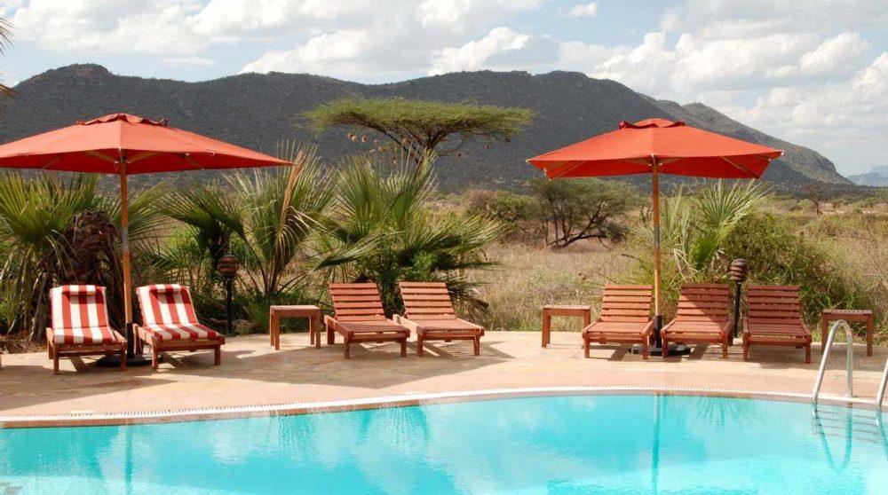 Chaises longues au bord de la piscine