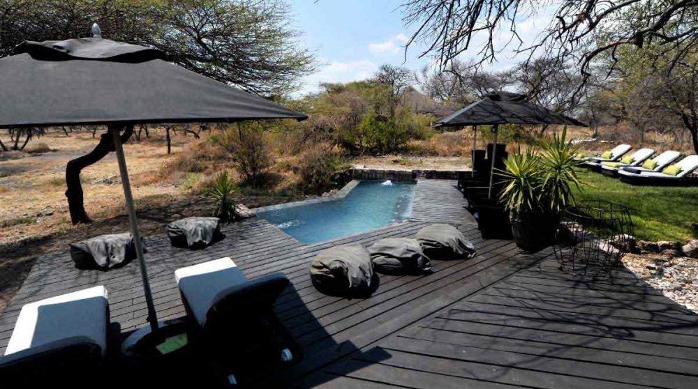 Chaises longues autour de la piscine en Namibie