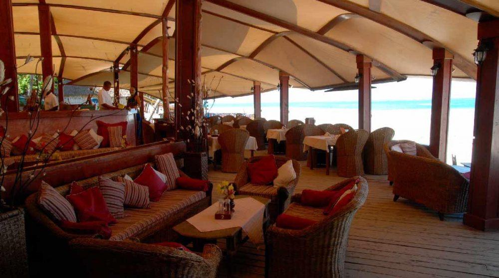 Banquette et fauteuils sur la terrasse de l'hôtel à Mombasa