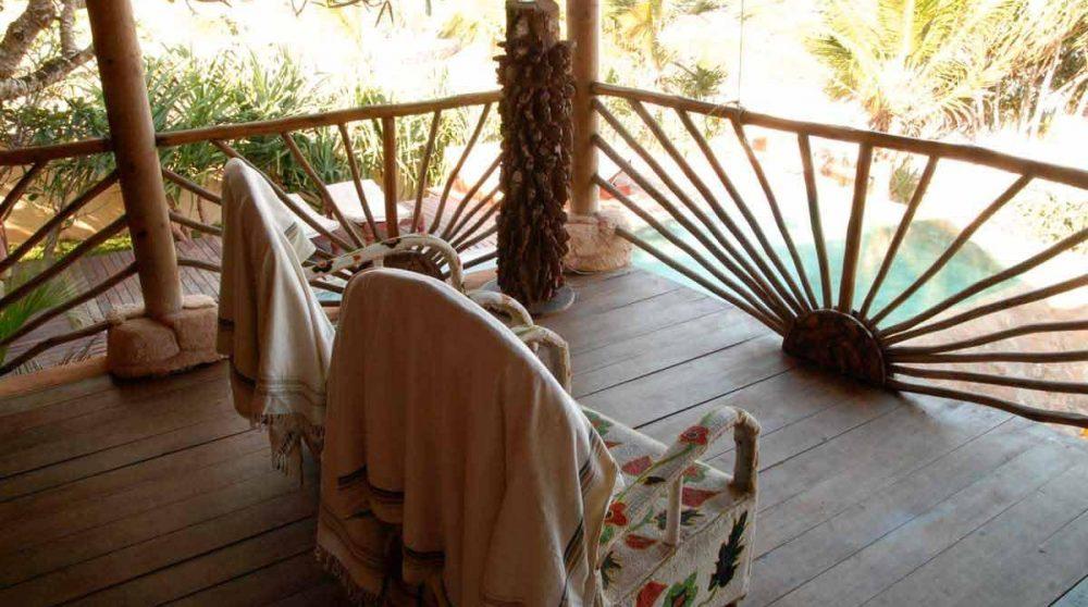 Fauteuils sur une terrasse au Kenya