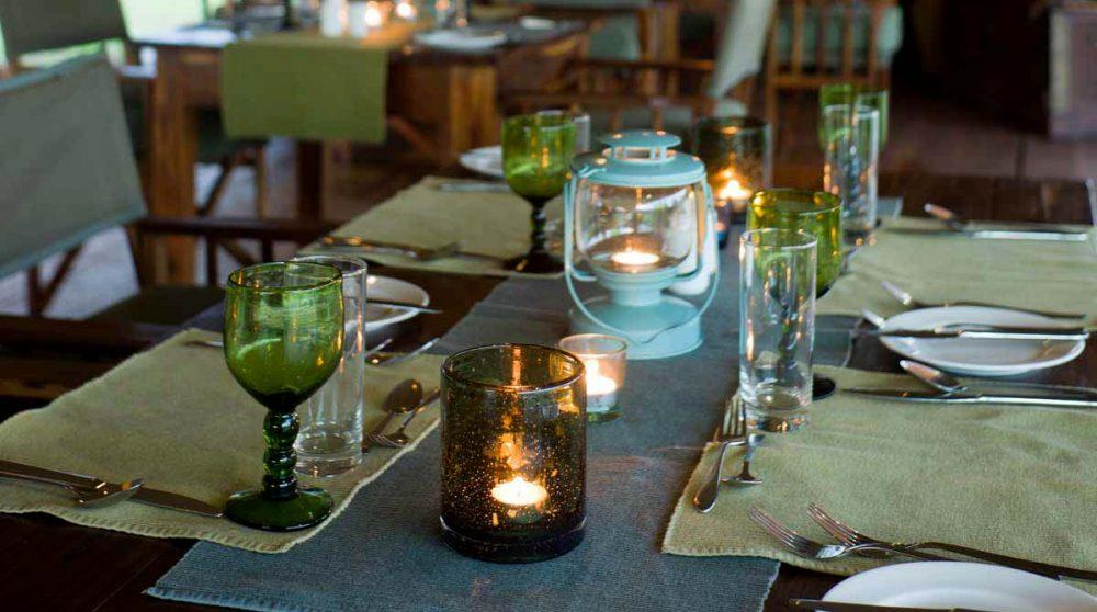 Une table éclairée le soir