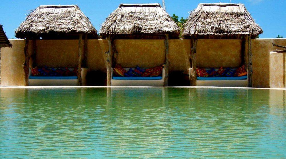Espace détente près de la piscine