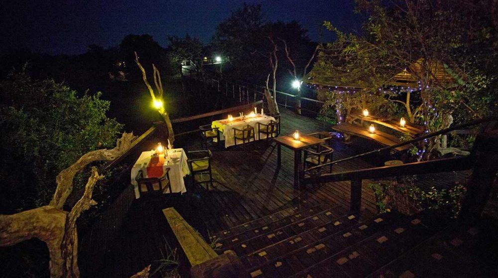 Le dîner sur une autre terrasse, à la belle étoile