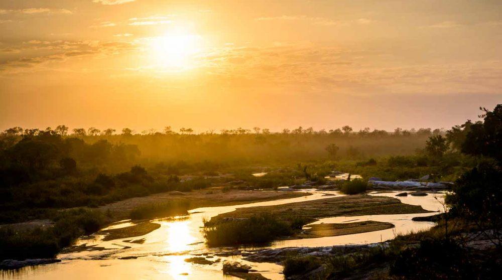 Le coucher de soleil sur la rivière en Afrique du Sud