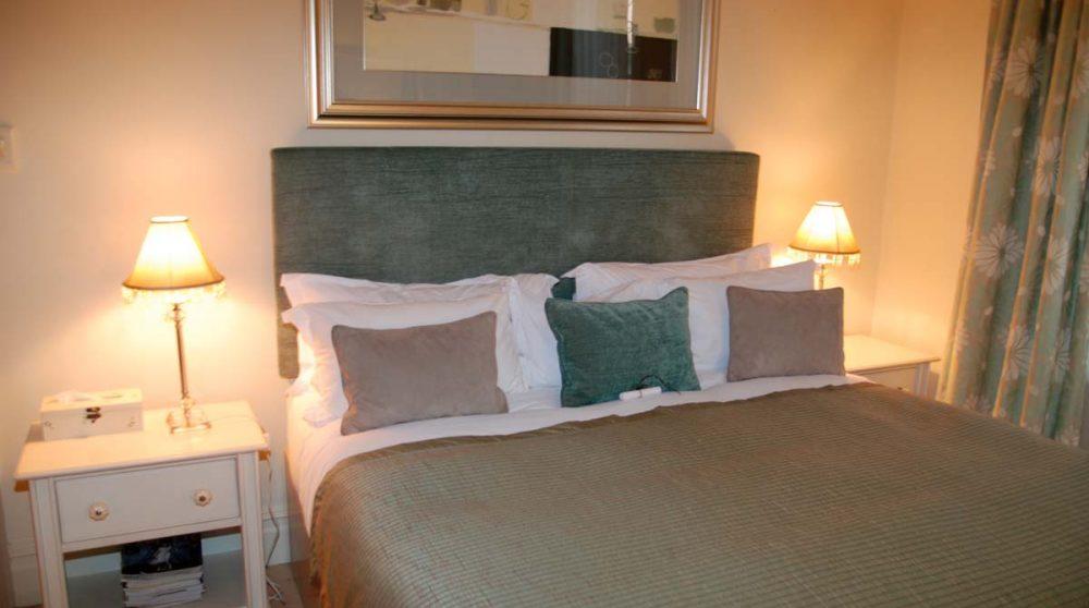 Le lit dans une chambre