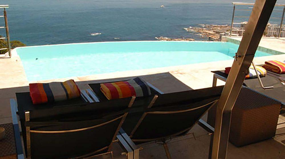 Chaises longues en bord de piscine